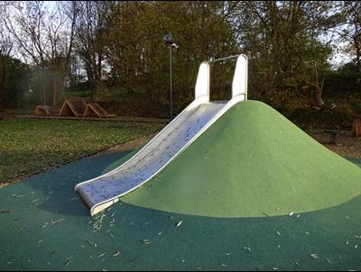 Den grønne plads - en legeplads - ved Møllebakken i Fløng